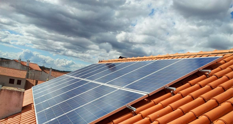 Com funcionen les plaques solars en dies ennuvolats?